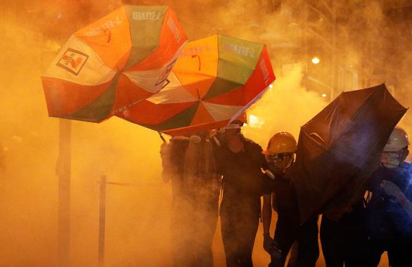 Cảnh sát dùng hơi cay giải tán biểu tình ở Hong Kong - Ảnh 1.