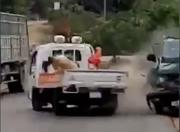 Xe chở gỗ tông thẳng xe cảnh sát: Tài xế bị điều tra tội giết người - Ảnh 1.