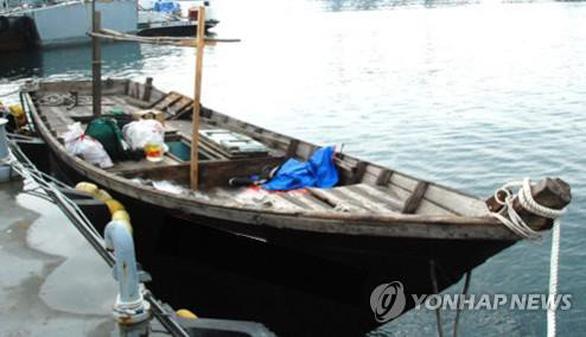 Ba người Triều Tiên chèo thuyền tới Hàn Quốc - Ảnh 1.
