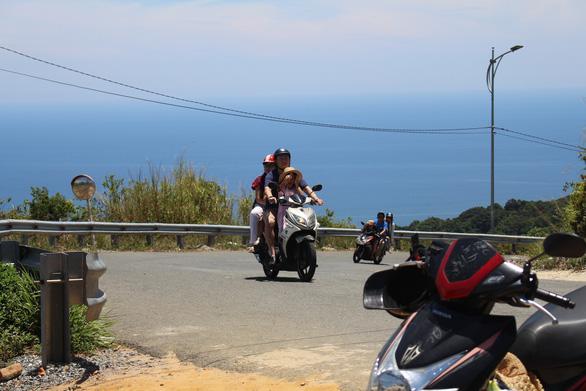 Cảnh báo tai nạn chết người khi đi xe máy lên đỉnh Sơn Trà - Ảnh 5.