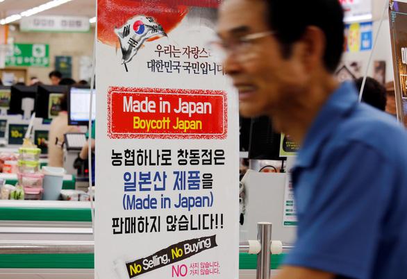 Hàn Quốc tẩy chay hàng Nhật: Ngọn lửa dân tộc bùng phát - Ảnh 1.