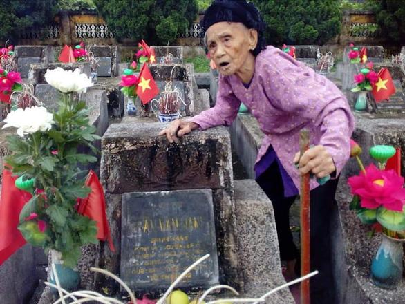 Người mẹ liệt sĩ 93 tuổi lần đầu viếng mộ con - Ảnh 3.