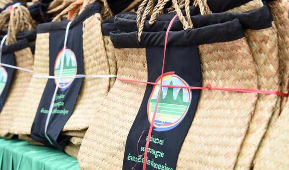 Campuchia phát giỏ cói cho dân đi chợ để bớt xả rác - Ảnh 1.
