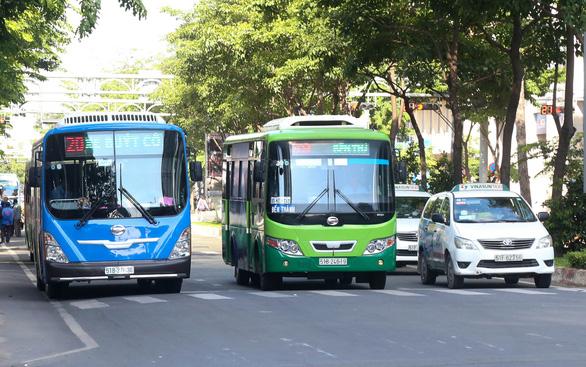 Một ngày trải nghiệm xe buýt Sài Gòn - Ảnh 1.