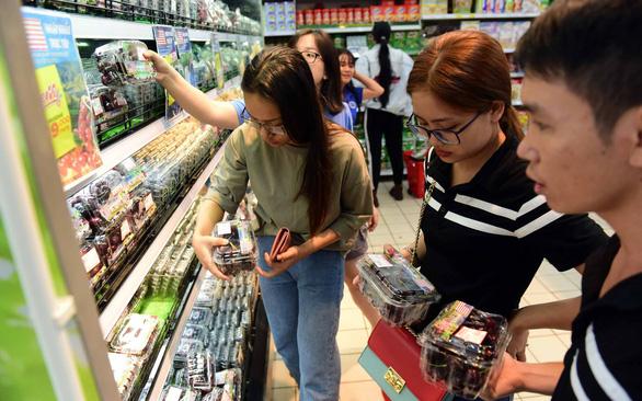 Trái cây ngoại ngày càng rẻ, cherry chỉ còn 250 - 300.000 đồng/kg - Ảnh 1.
