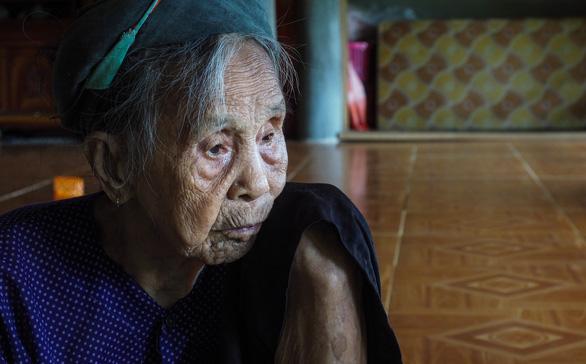 Người mẹ liệt sĩ 93 tuổi lần đầu viếng mộ con - Ảnh 2.