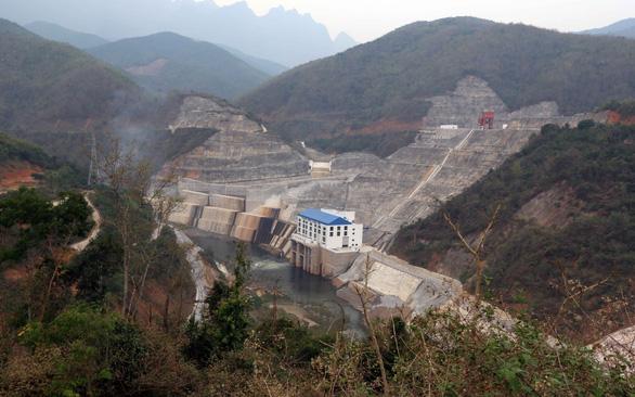 Thủy điện sông Nậm Khan ở Lào tích nước bên trong, nhưng sông ở ngoài lại cạn - Ảnh: QUỐC VIỆT