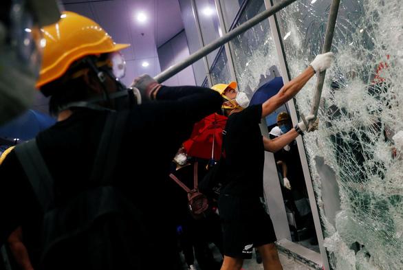 Dư luận Hong Kong chia rẽ sau vụ tấn công Hội đồng lập pháp - Ảnh 1.