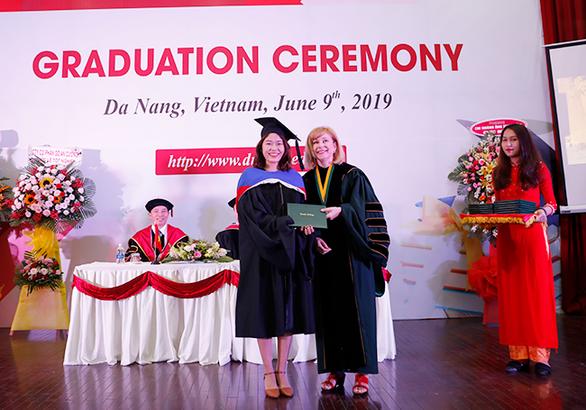 Sinh viên Duy Tân nhận bằng tốt nghiệp của ĐH Keuka, Mỹ - Ảnh 1.