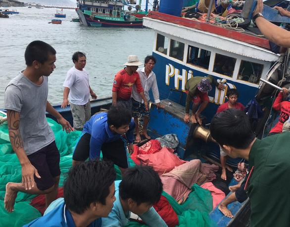 Đã tìm được thi thể 4 ngư dân bị chìm tàu ở Hòn Cau - Ảnh 1.