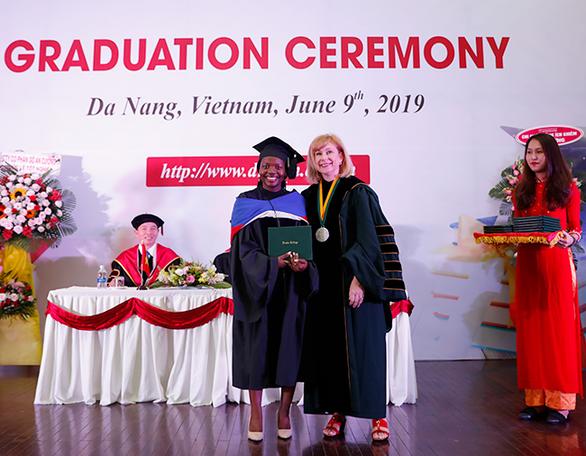 Sinh viên Duy Tân nhận bằng tốt nghiệp của ĐH Keuka, Mỹ - Ảnh 2.