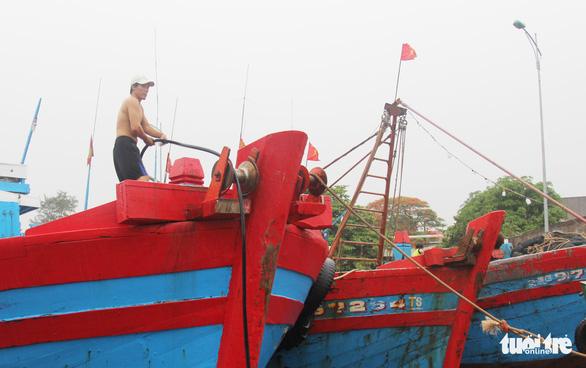 Ngư dân hối hả vào bờ tránh bão số 2 - Ảnh 3.