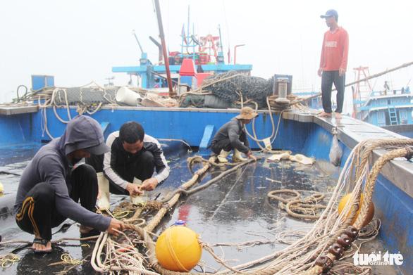 Ngư dân hối hả vào bờ tránh bão số 2 - Ảnh 1.