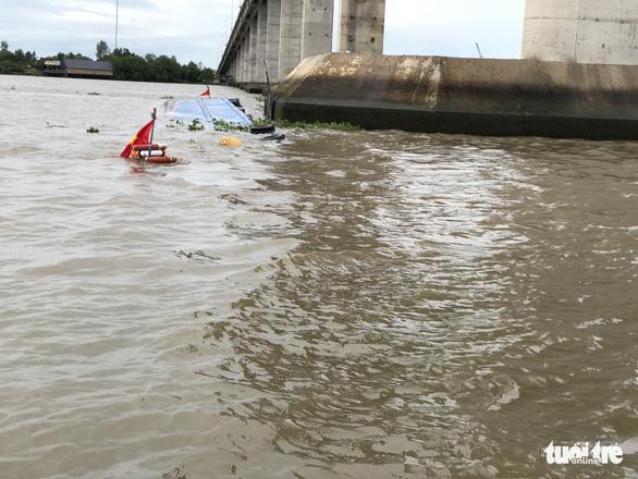 Liên tiếp 2 vụ sà lan chìm do đâm vào chân cầu Mỹ Lợi - Ảnh 4.
