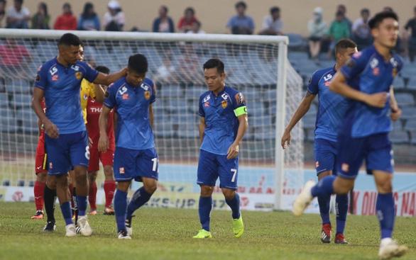 Tứ kết Cúp quốc gia 2019: Hậu vệ Văn Sơn sút 11m bật cột dọc, Hoàng Anh Gia Lai bị loại - Ảnh 1.