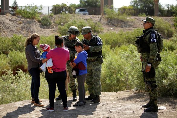 Ông Trump ca ngợi Mexico giúp Mỹ trục xuất người di cư - Ảnh 2.