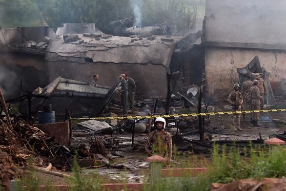 Máy bay quân sự Pakistan rơi trúng khu dân cư, 17 người thiệt mạng - Ảnh 1.