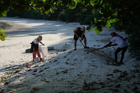 Xúc động ngày tình nguyện đỡ đẻ cho rùa biển Côn Đảo - Ảnh 2.
