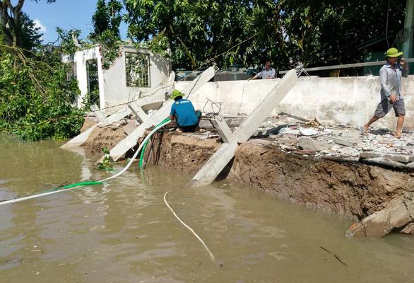 Khẩn cấp xử lý sạt lở nghiêm trọng ở huyện đầu nguồn sông Hậu - Ảnh 1.
