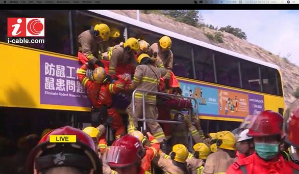 Hai xe buýt đâm nhau trực diện, 77 người bị thương - Ảnh 2.