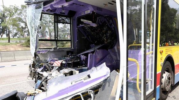 Hai xe buýt đâm nhau trực diện, 77 người bị thương - Ảnh 1.