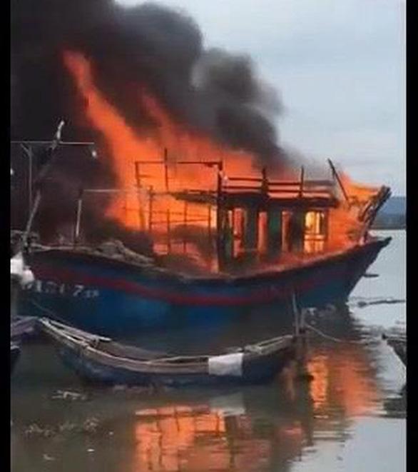 Tàu cá cháy ngùn ngụt khi đang sửa chữa - Ảnh 2.