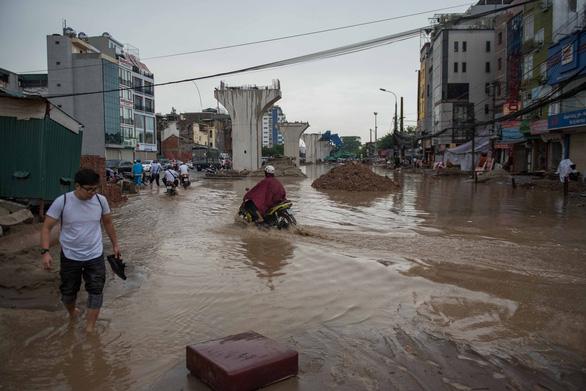 Khủng hoảng khi mưa ngập băng qua công trường đường Trường Chinh - Ảnh 2.