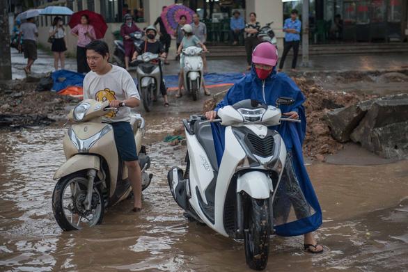 Khủng hoảng khi mưa ngập băng qua công trường đường Trường Chinh - Ảnh 5.