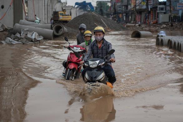 Khủng hoảng khi mưa ngập băng qua công trường đường Trường Chinh - Ảnh 4.