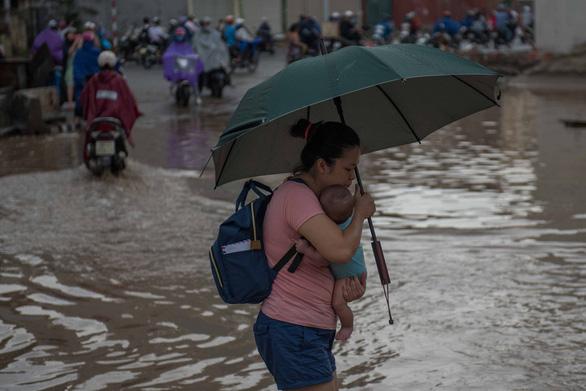 Khủng hoảng khi mưa ngập băng qua công trường đường Trường Chinh - Ảnh 6.