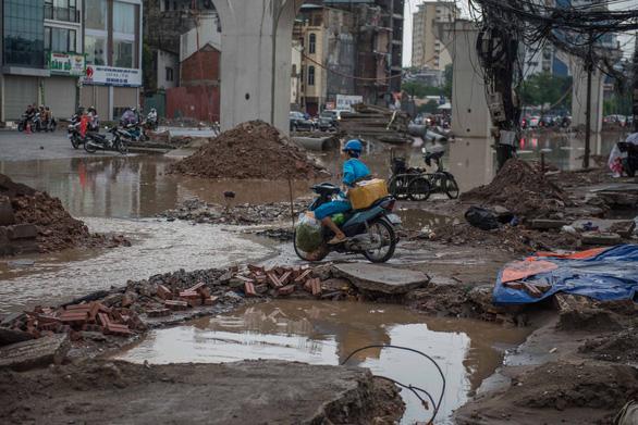 Khủng hoảng khi mưa ngập băng qua công trường đường Trường Chinh - Ảnh 7.