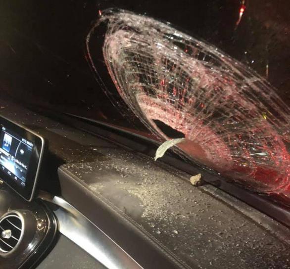 Ném đá vào ôtô trên cao tốc Hà Nội - Thái Nguyên khiến hành khách bị thương - Ảnh 2.