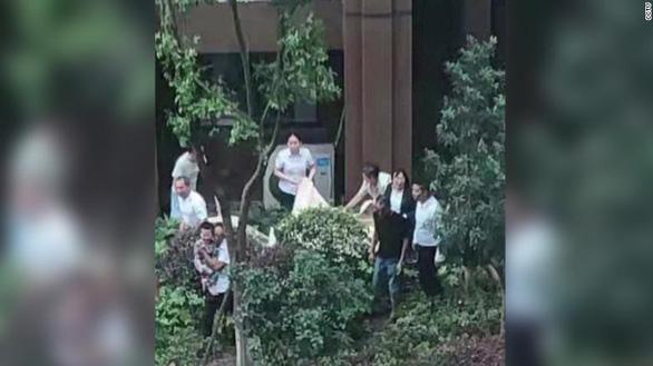 Thót tim cảnh đám đông căng mền cứu sống bé trai 3 tuổi ngã từ lầu 6 - Ảnh 2.