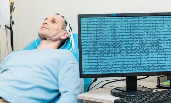 Lần đầu chuyển thành công tín hiệu não thành văn bản - Ảnh 1.