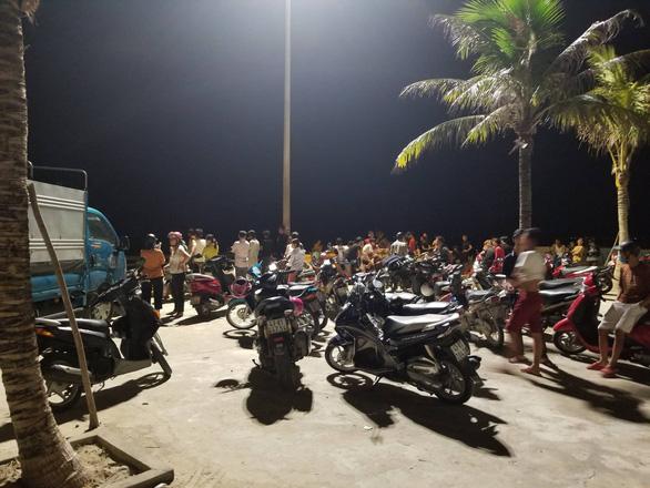 Người dân đang chờ phép mầu tìm kiếm 2 học sinh tắm biển mất tích - Ảnh 3.