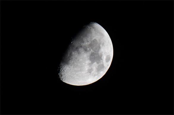 Mặt trăng 'già' hơn 100 triệu năm so với suy đoán của con người - Ảnh 2.