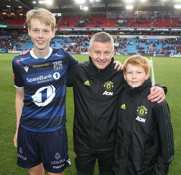 Con trai Solskjaer ra sân đối đầu đội bóng của cha - Ảnh 2.