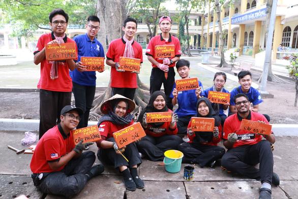 Tình nguyện viên quốc tế học tiếng Việt, trồng cây xanh ở Việt Nam - Ảnh 1.