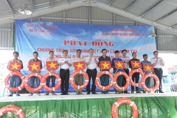 Hải quân Việt Nam làm điểm tựa cho ngư dân vượt khơi, bám biển - Ảnh 2.