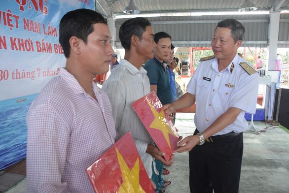 Hải quân Việt Nam làm điểm tựa cho ngư dân vượt khơi, bám biển - Ảnh 1.