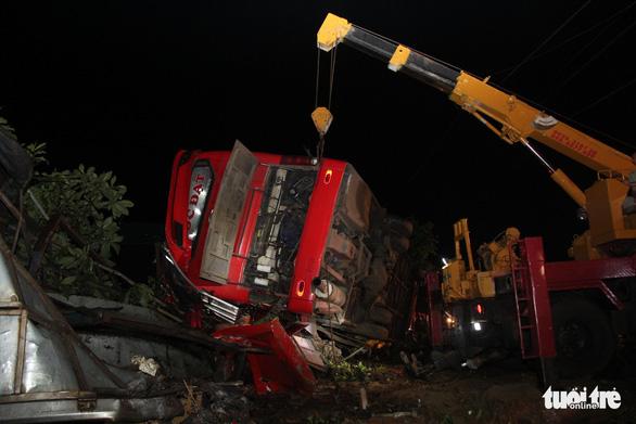 Khởi tố tài xế gây ra vụ lật xe, 1 người chết, 12 người bị thương - Ảnh 2.