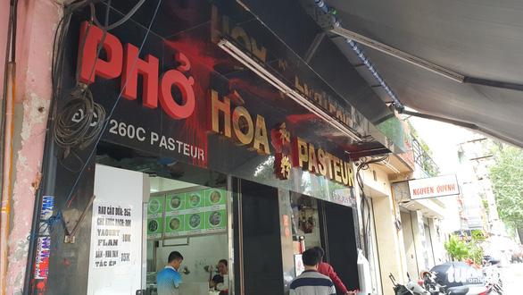 Phở Hòa ở Sài Gòn bị ném sơn, mắm tôm vì... em rể chủ quán nợ nần? - Ảnh 4.