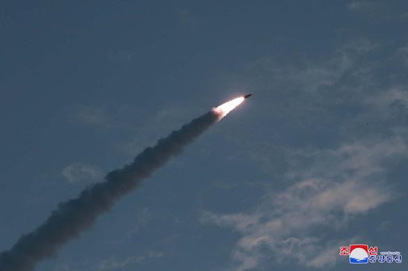 Hàn Quốc xác nhận Triều Tiên phóng 2 tên lửa đạn đạo tầm ngắn, bay 250km - Ảnh 1.