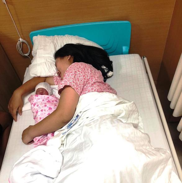 Người nhà thành bà đỡ cho sản phụ đẻ rơi bé gái 3,2kg trên taxi - Ảnh 1.