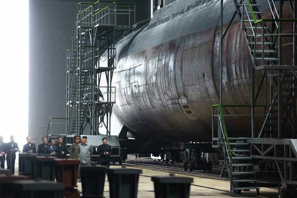 Tàu ngầm mới của Triều Tiên mang được 3 tên lửa đạn đạo xuyên lục địa? - Ảnh 1.