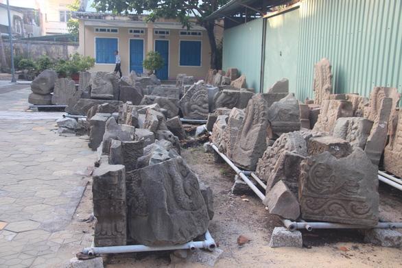 Đồ cổ 1.000 năm cực quý lăn lóc sân bảo tàng, bỏ sọt sắt - Ảnh 2.
