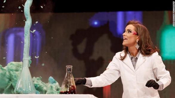 Tân hoa hậu Virginia đăng quang nhờ làm thí nghiệm hóa học - Ảnh 1.