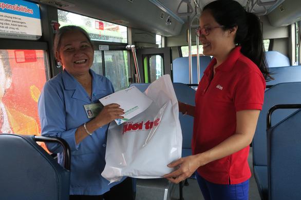 Trao quà cho nữ tiếp viên xe buýt đòi cho khách mượn 1 triệu - Ảnh 2.