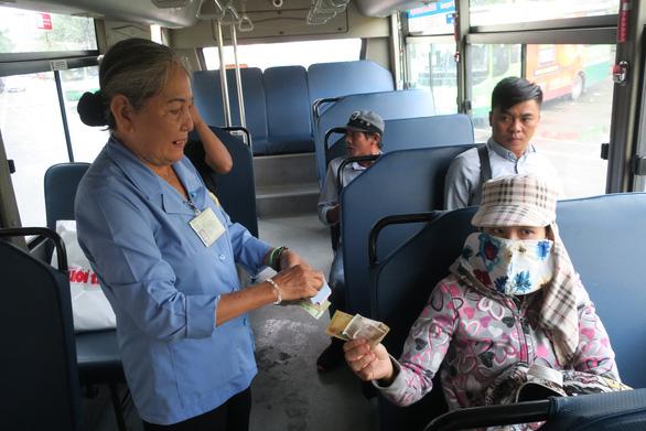 Trao quà cho nữ tiếp viên xe buýt đòi cho khách mượn 1 triệu - Ảnh 1.