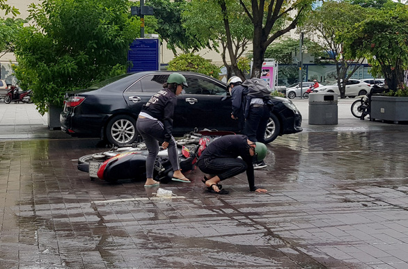 Xe bồn tưới nước đi qua, xe máy ngã nhào trên phố đi bộ Nguyễn Huệ - Ảnh 2.